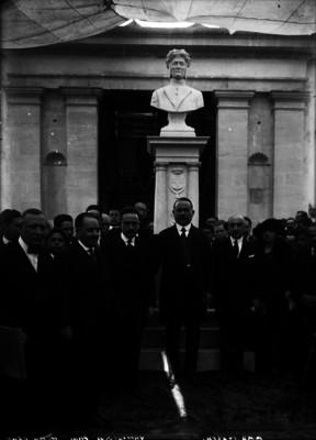 Alvaro Obregón y funcionarios al pie de un busto de Dante Alighieri
