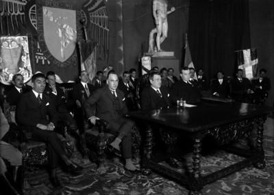 Plutarco Elías Calles y comitiva durante una ceremonia universitaria