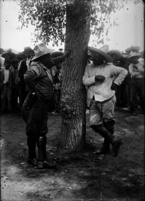Francisco Villa durante su rendición, conversa con Eugenio Martínez