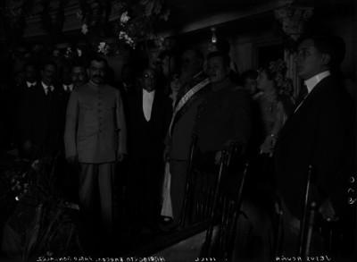 Venustiano Carranza, Pablo González, Benjamín Hill y otras personas en un palco del Teatro Arbeu