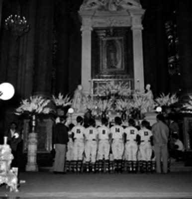 Equipo campeón de beisbol infantil Monterrey, dando gracias en la basílica de Guadalupe