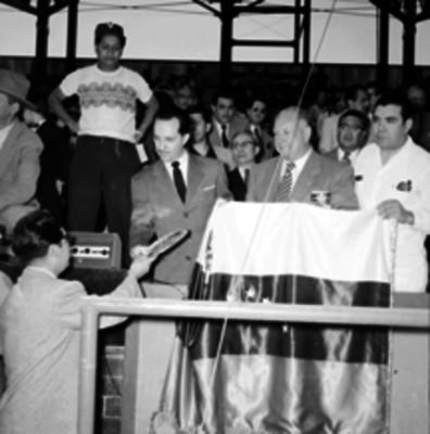 Antonio Ortiz Mena entrega reconocimiento a un hombre durante la inauguración de Parque Seguro Social