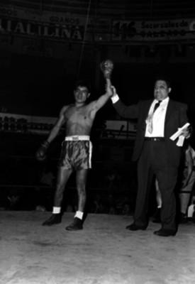 Boxeador es declarado ganador por el referee