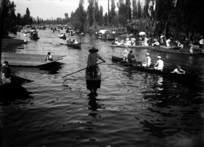 Gente en trajineras en el canal de Xochimilco