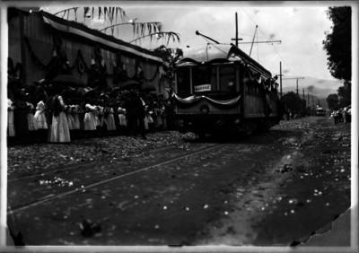 Personas en la inauguración de la ruta Anáhuac de los tranvías eléctricos