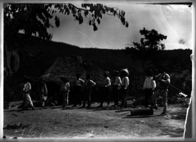 Zapatistas acompañados de periodistas en un campamento