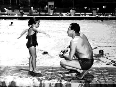 Mario Tovar observa a una niña realizar movimientos