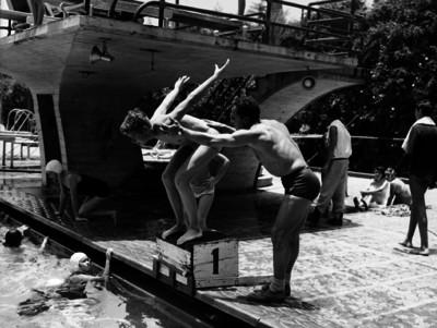 Mario Tovar instruye a un niño para nadar