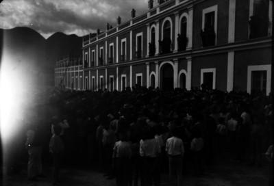 Obreros reunidos frente a la fábrica de Río Blanco