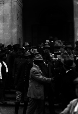 Eulalio Gutiérrez se despide de un hombre a la salida del Teatro Morelos