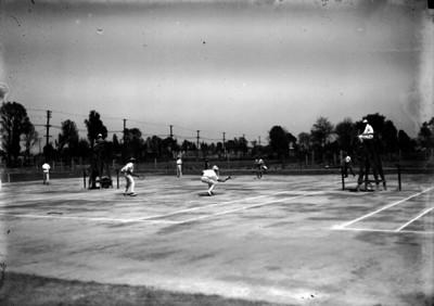 Tenistas juegan un set en el club Junior