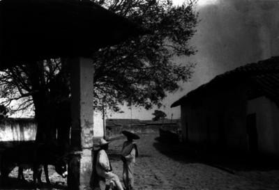 Campesinos en calle de un poblado
