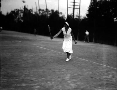 Mujer tenista regresa servicio