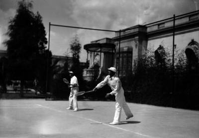 Hombres en partido de dobles