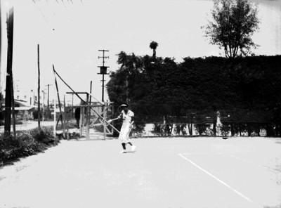 Tenista femenina responde tiro