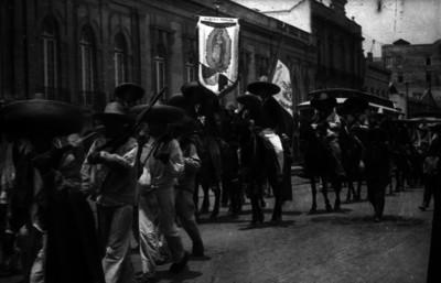 Zapatistas con estandarte desfilan por la Ciudad de México