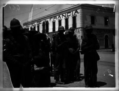 Rebeldes conducidos por soldados federales al cuartel general
