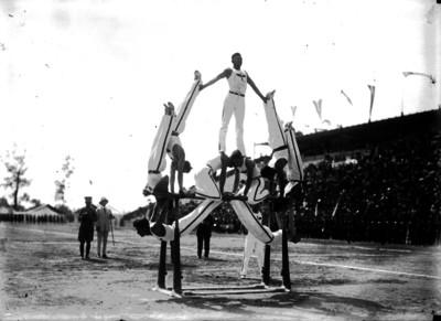 Gimnastas realizan ejercicios en las barras paralelas