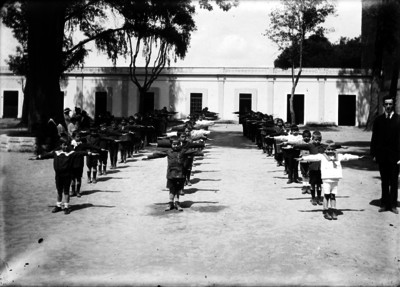 Alumnos ejercitan una tabla gimnástica