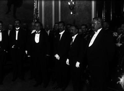 Francisco I. Madero al momento de presentar a los miembros de su gabinete a José Maria Pino Suárez como vicepresidente