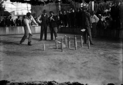 Bolichista lanza la bola para derribar los pinos