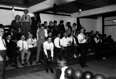 Bolichistas se preparan para lanzar la bola