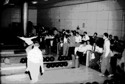 Deportistas juegan boliche