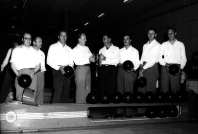 Bolichistas con bolas y trofeo, retrato de grupo
