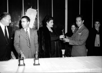Bolichista recibe trofeo en manos de una mujer
