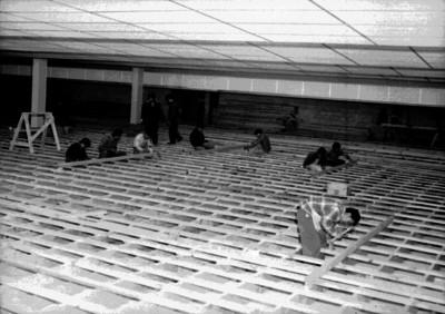 Carpinteros durante la construcción del boliche Bahía