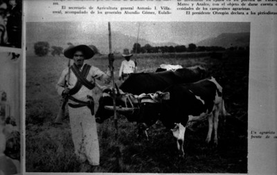 Agraristas armados junto a su yunta