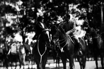 Participante de la caza de la zorra a caballo en el bosque de Chapultepec