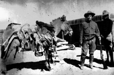 Cazadores con un caballo cargado de pieles