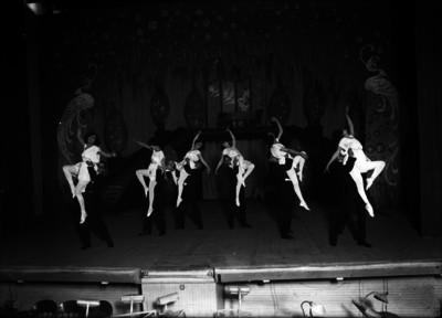 Parejas de bailarines en escenario durante actuación