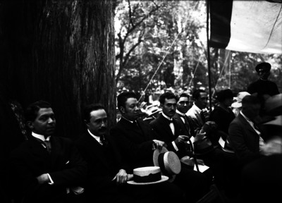 """""""Diego Rivera"""", José """"Vasconcelos"""" y otras personas durante un acto público"""