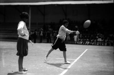 Adolescente realiza un saque en un partido de voleibol