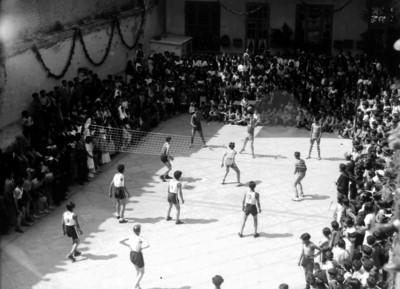 Niños durante un partido de voleibol en el patio de una escuela