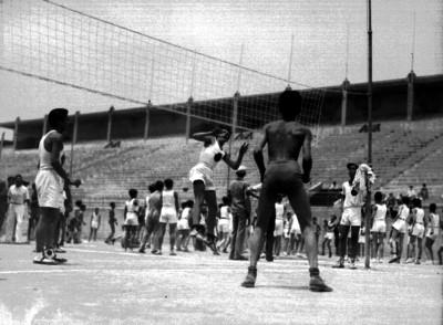 Deportistas durante un partido de voleibol en el Estadio Nacional