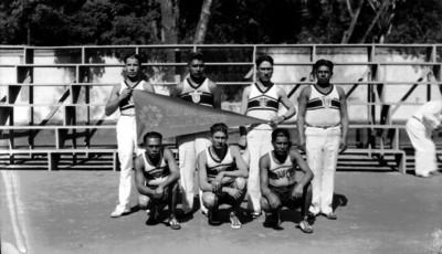 Jugadores de voleibol de la Policía Montada, retrato de grupo