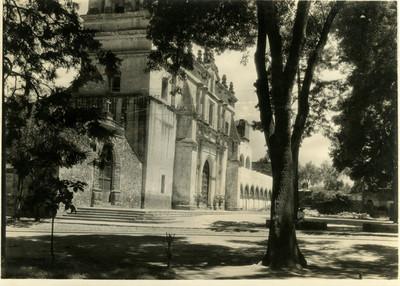 Vista lateral de la Iglesia de San Juan Bautista en Coyoacán