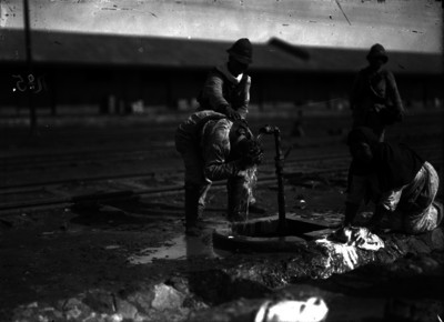 Soldados se asean en los patios de una estación de ferrocarril