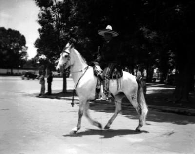 Charro a caballo por una calle