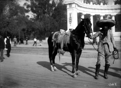 Charro con su caballo frente al Hemiciclo a Juárez, retrato