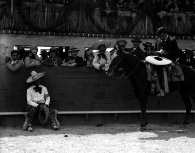 Robeto Cruz y Marcos Raya conversan junto al estribo del Lienzo Charro
