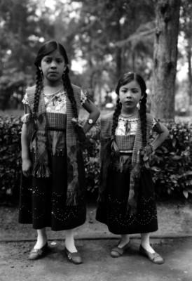 Niñas con trajes de Chinas poblanas, retrato de grupo