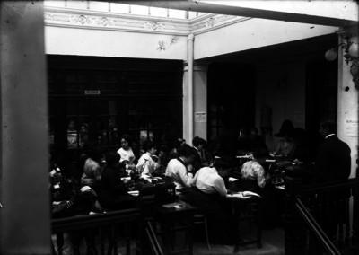 """Grupo de mujeres en salón durante concurso de taquigrafía y mecanografía organizado por """"El Imparcial"""""""