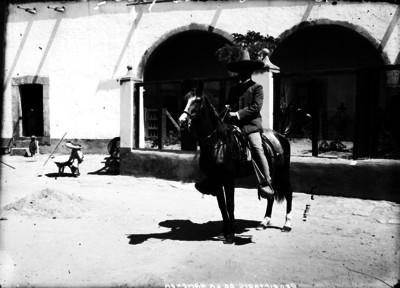 """Propietario de hacienda"" montado a caballo, retrato"