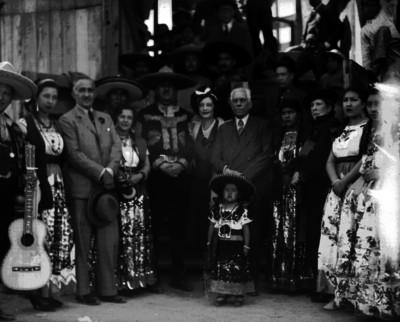 Diplomáticos de Cuba acompañados de Charros y Chinas poblanas, retrato de grupo