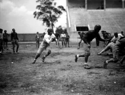 Jugador de futbol americano corre con el balón a media cancha