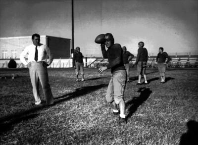Atleta de futbol americano prepara un lanzamiento de balón durante un entrenamiento